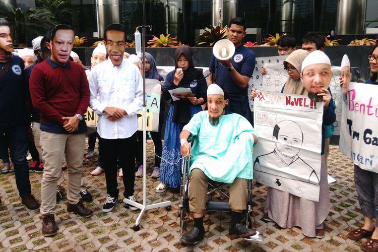 Tepat 120 hari peristiwa penyerangan penyidik Komisi Pemberantasan Korupsi (KPK) Novel Baswedan, sejumlah aktivis yang menamakan diri Sekolah Anti Korupsi Indonesia Corruption Watch (ICW) 2017 menggelar aksi teatrikal di depan gedung KPK.