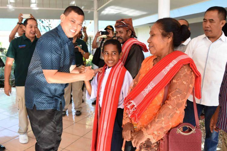 Yohanes Marcal (13) alias Joni, bersam kedua orang tuanya, saat bersama Komandan Korem 161 Wira Sakti Kupang Brigjen TNI Teguh Muji Angkasa, di Bandara El Tari Kupang, Sabtu (18/8/2018)