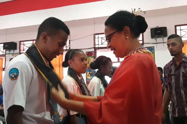 Menteri Pemberdayaan Perempuan dan Perlindungan Anak (PPPA) Yohana Yembise bertemu dengan anak-anak Papua di Waropen, Papua, Kamis (10/10/2019).