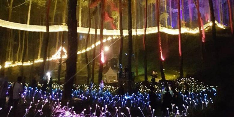 Tampilan taman lampu di Wooden Bridge Orchid Forest Cikole, Bandung Barat, Minggu (17/6/2018).