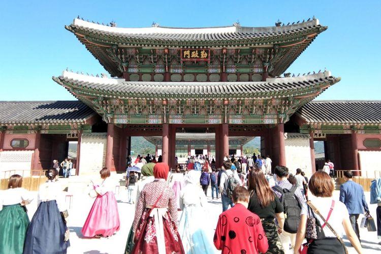 Istana Gyeongbok atau Gyeongbokgung Palace di sebelah utara kota Seoul, Korea Selatan. Istana ini termasuk dari 5 istana besar dan merupakan yang terbesar yang dibangun oleh Dinasti Joseon tahun 1395. Istana ini jadi salah satu tempat wisata favorit yang dikunjungi turis Indonesia.