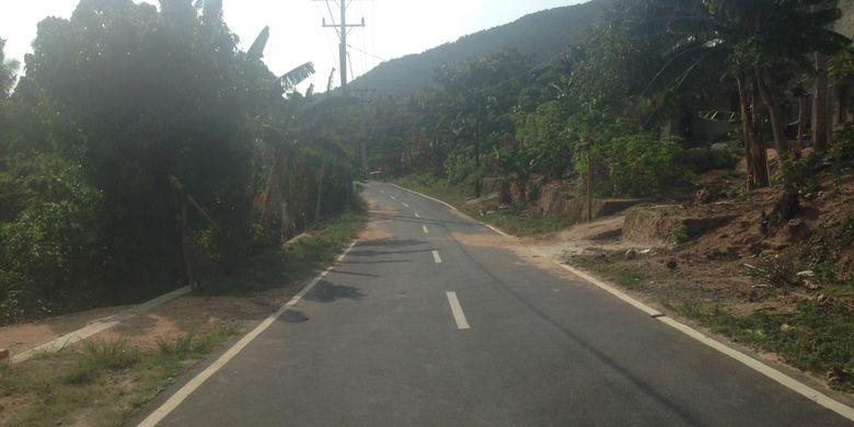 Jalan di Karimunjawa kini lebar dan mulus. Foto diambil awal November 2017.