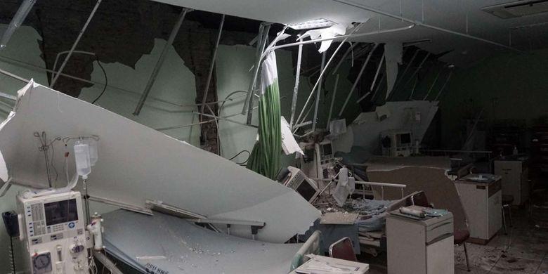 Kondisi ruangan hemodialisa yang mengalami kerusakan akibat gempa bumi magnitude 6,9 SR, di RSUD Banyumas, Jawa Tengah, Sabtu (16/12/2017).