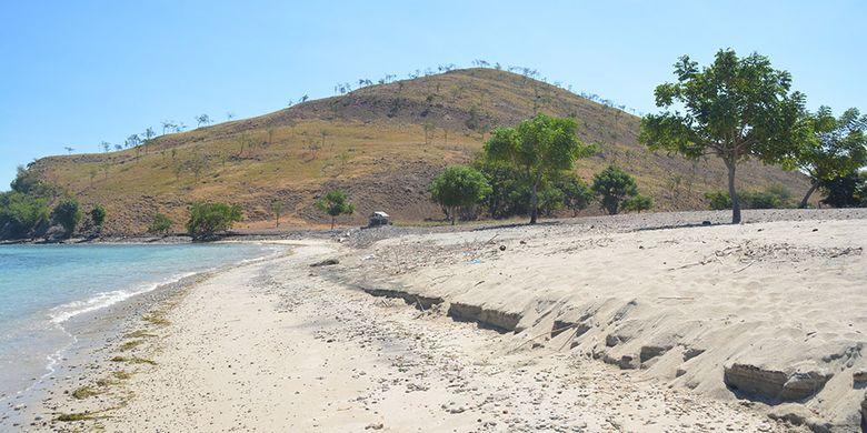 Pantai Pasir Putih Pulau Kinde yang sangat menakjubkan di Desa Tendakinde, Kecamatan Wolowae, Kabupaten Nagekeo, Flores, NTT, Kamis (20/6/2019). Tim Kementerian Pariwisata Republik Indonesia bersama Konsultan dari ITB melakukan kunjungan untuk pilot proyek Destinasi baru tingkat nasional di Pulau Flores.