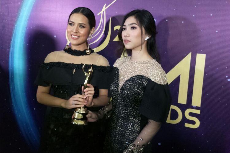 Raisa dan Isyana Sarasvayi usai meraih penghargaan dalam Anugerah Musik Indonesia (AMI) Awards 2017 di Teater Garuda TMII, Jakarta Timur, Kamis (16/11/2017) malam.