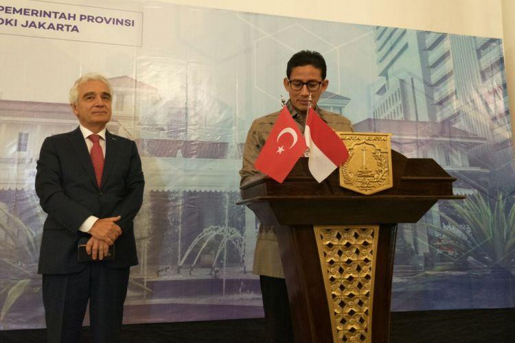 Wakil Gubernur DKI Jakarta Sandiaga Uno bersama Duta Besar Turki Sander Gurbuz di Balai Kota DKI Jakarta, Kamis (15/2/2018).