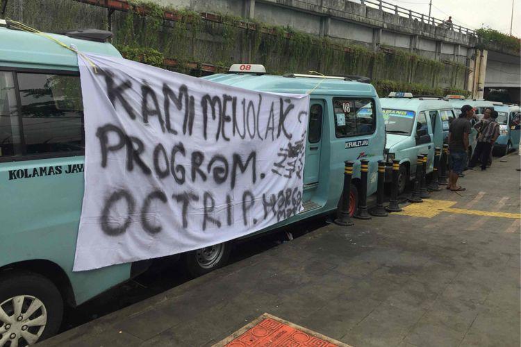 Puluhan sopir angkot Tanah Abang menolak sejumlah syarat program OK Otrip yang dianggap memberatkan, Kamis (22/2/2018).