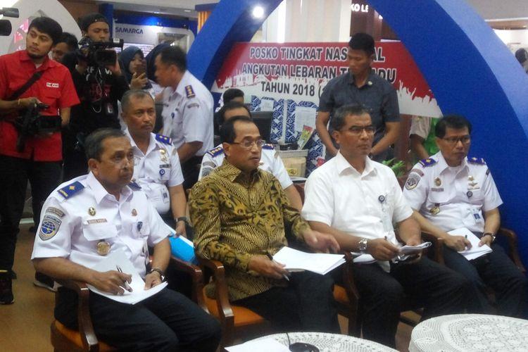 Menteri Perhubungan Budi Karya Sumadi saat melakukan video conference di Posko Mudik Kemenhub, Sabtu (23/6/2018).