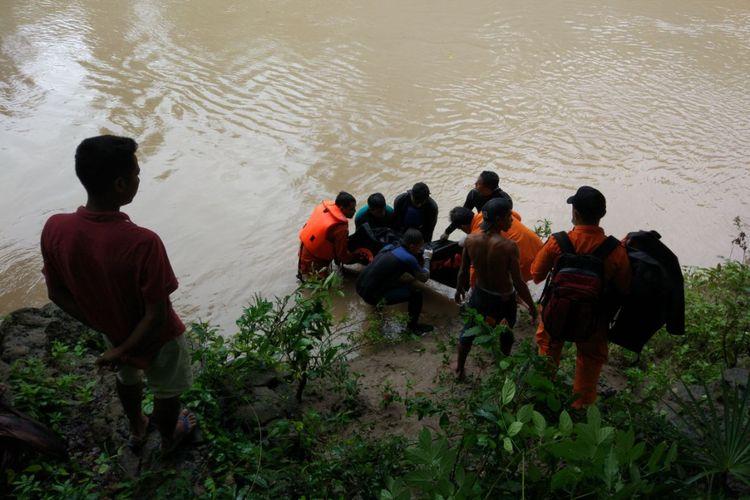 Jenazah Ardi saat dievakuasi oleh tim SAR Kupang, Nusa Tenggara Timur (17/1/2018)