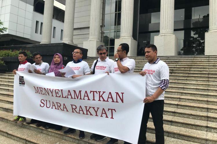 Sejumlah orang mengajukan uji materi terhadap Undang-Undang Nomor 7 Tahun 2017 tentang Pemilu ke Mahkamah Konstitusi, di Gedung MK, Jakarta Pusat, Selasa (5/3/2019).