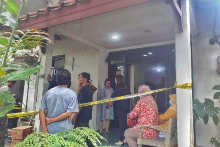 Garis polisi terpasang di rumah cucu Bapak Pendidikan Indonesia, Ki Hajar Dewantara, almarhum Ir Lalita Sari (67) di Jalan Kakap Raya No 30, Desa Minomartani, Kecamatan Ngaglik, Kabupaten Sleman.