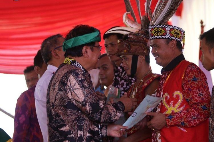 Menteri ATR/BPN Sofyan Djalil menyerahkan sertifikat tanah kepada masyarakat di Kalimantan Barat