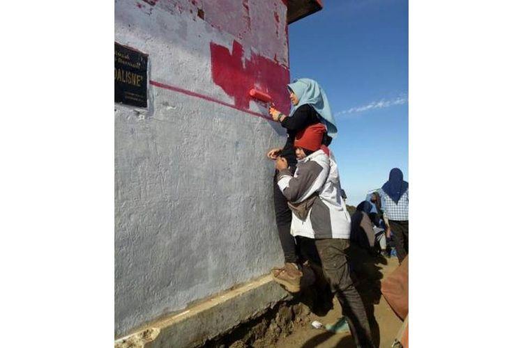 Pendaki dan Pecinta Alam bekerja sama membersihkan shelter di puncak Gunung Cikuray, Garut. Minggu, (2/9/2018).