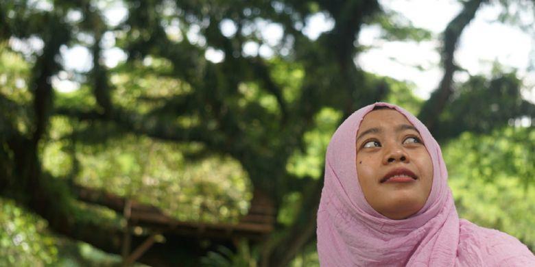 Seorang wisatawan sedang menikmati hutan Jawatan dengan puluhan Pohon Trembesi berusia ratusan tahun di Banyuwangi, Jawa Timur, Rabu (8/11/2017).