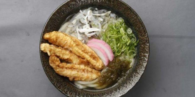 Fugu ten-udon dengan topping kulit fugu jenis torafugu (650 yen). Tambahkan kaldu konbu (rumput laut) untuk mendapatkan rasa fugu yang maksimal Fugu ten-udon dengan topping kulit fugu jenis torafugu (650 yen). Tambahkan kaldu konbu (rumput laut) untuk mendapatkan rasa fugu yang maksimal
