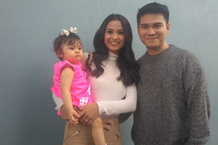 Artis peran Acha Septriasa didampingi anak (Bridgia Kalina Kharisma) dan suaminya (Vicky Kharisma) saat ditemui di kawasan Mampang, Jakarta Selatan, Senin (20/9/2018).