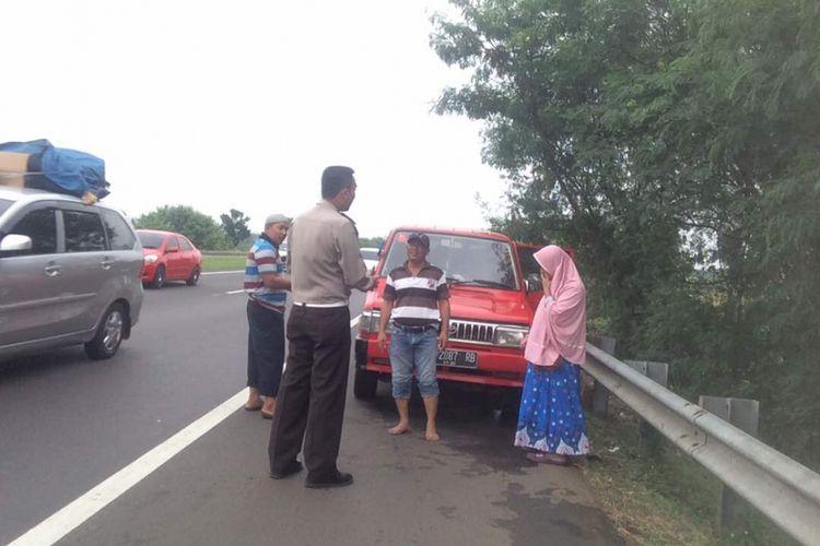 Polisi ingatkan pemudik yang istirahat di bahu jalan tol