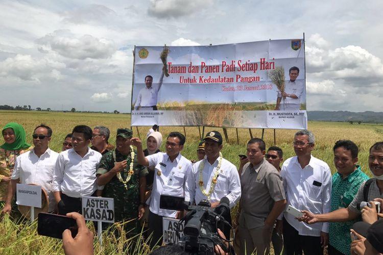 Menteri Pertanian Andi Amran Sulaiman menghadiri panen raya di Kudus, Jawa Tengah, Selasa (23/1/2018).