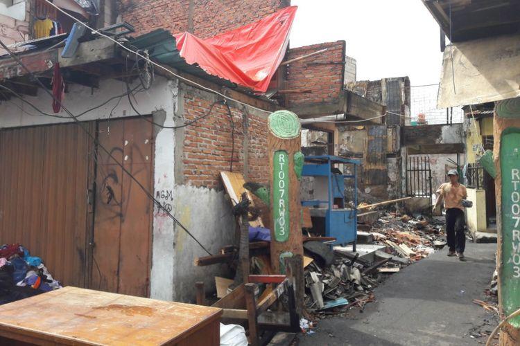 Suasana RW 3, Kelurahan Krukut, Tamansari, Jakarta Barat pada Sabtu (3/2/2018). Sepekan sebelumnya, wilayah tersebut dilanda kebakaran yang membuat 2400 warganya mesti kehilangan tempat tinggal.