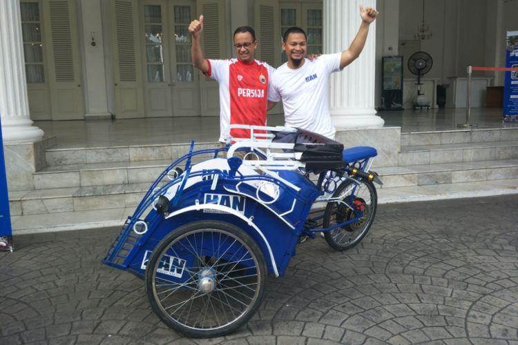 Anggota Komisi I DPR yang juga merupakan   anak tertua dari mantan Ketua MPR–RI, Amien Rais, Hanafi Rais membawa sebuah becak listrik ke Balai Kota DKI Jakarta, Minggu (11/3/2018).