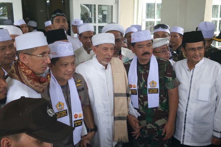 Kapolri Jenderal Pol Tito Karnavian bersama Panglima TNI Marsekal Hadi Tjahjanto di Pesantren Alkhairaat, Palu, Sabtu (30/6/2018)