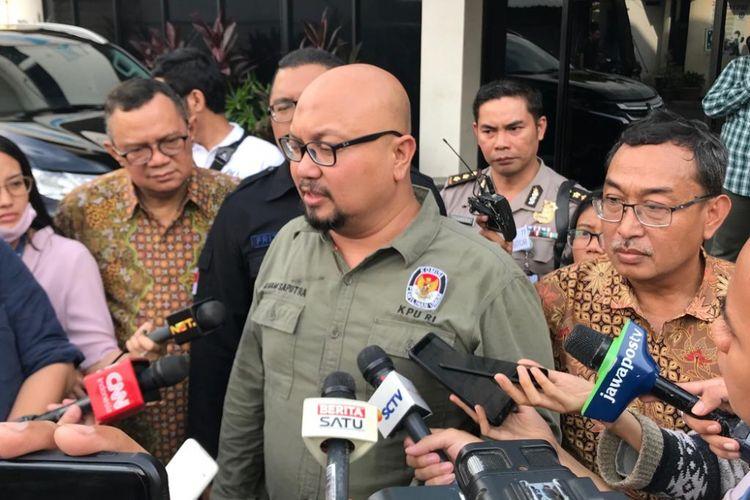 Komisioner Komisi Pemilihan Umum (KPU) Ilham Saputra di sela kunjungan pencetakan surat suara perdana di PT Aksara Grafika Pratama, Jakarta Timur, Minggu (20/1/2019).