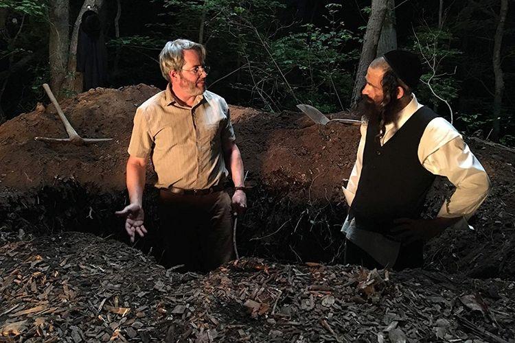 Matthew Broderick (kiri) dan Geza Rohrig membintangi film To Dust.