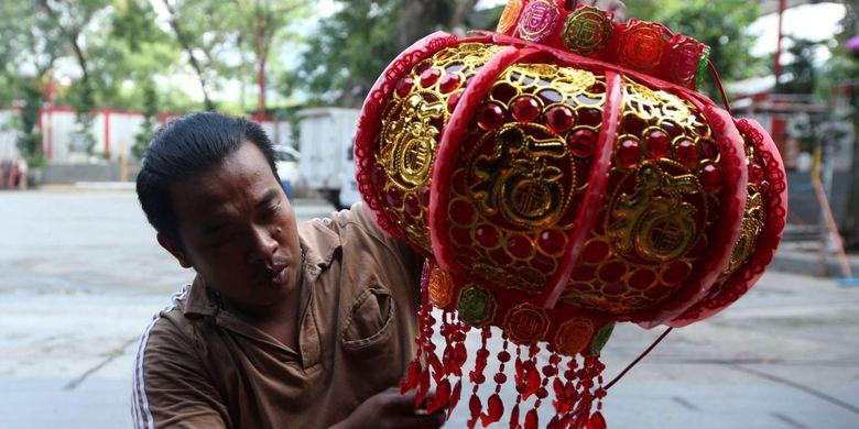 Petugas memasang lampion di Vihara Amurva Bhumi (Hok Tek Tjeng Sin), Setiabudi, Jakarta Selatan, Senin (12/2/2018). Persiapan di sejumlah vihara untuk menyambut Tahun Baru Imlek 2569 yang jatuh pada 16 Februari 2018.