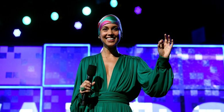 Pembawa acara Alicia Keys di panggung Grammy Awards 2019 yang digelar di Staples Center, Los Angeles, California, Minggu (10/2/2019).