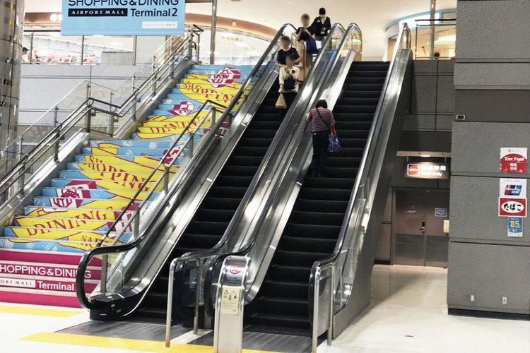 jalan menuju eskalator yang ada di sisi kanan