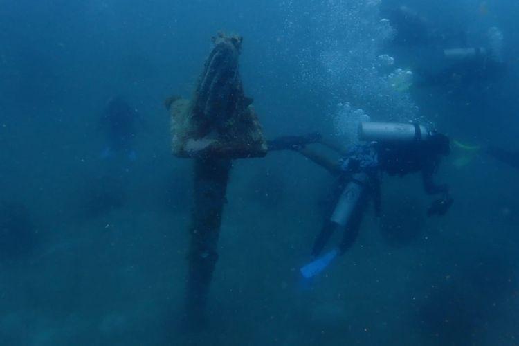 Replika Monas di kedalaman laut dekat Pulau Pramuka, Kepulauan Seribu.