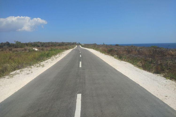 Akses jalan menuju tempat wisata Danau Wekuri di Kabupaten Sumba Barat Daya, NTT.
