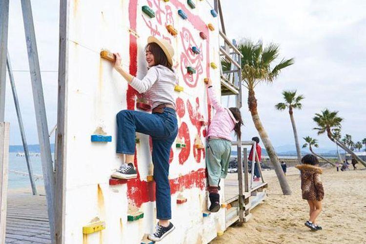 Tantang diri Anda di tali temali ala Tarzan dan panjat dinding. Seluruh area permainan bisa digunakan secara gratis.