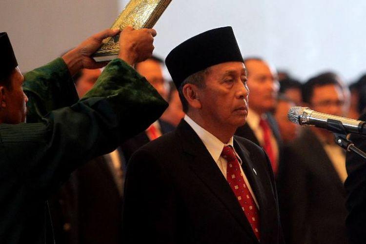 Ketua Badan Pemeriksa Keuangan (BPK) yang baru Moermahadi Soerja Djanegara (kiri) dan Wakil Ketua BPK Bahrullah Akbar (kanan) diambil sumpahnya oleh Ketua Mahkamah Agung Hatta Ali di Gedung Mahkamah Agung, Jakarta, Rabu (26/4).