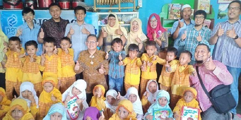 Sumarsony, Kepala Divisi CSR PGN bersama anak-anak di taman bacaan dan rumah baca Tembesi Tower