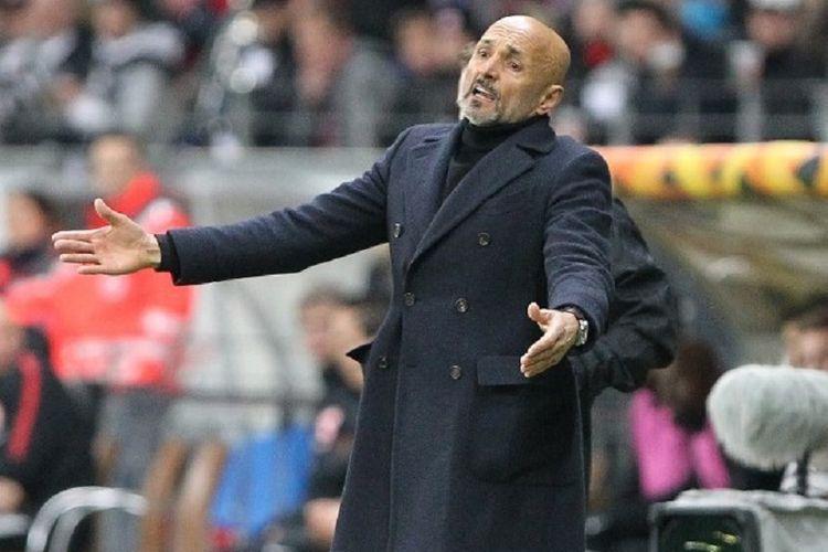 Luciano Spalletti tampak kecewa pada pertandingan Eintracht Frankfurt vs Inter Milan di Stadion Commerzbank Arena dalam babak 16 besar Liga Europa, 7 Maret 2019.