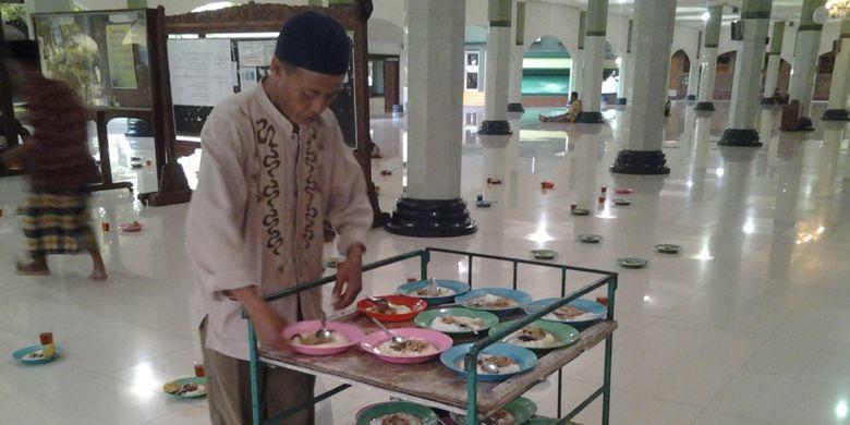 Bubur sayur ala zaman Jepang di Masjid Agung Kendal, Jawa Tengah.