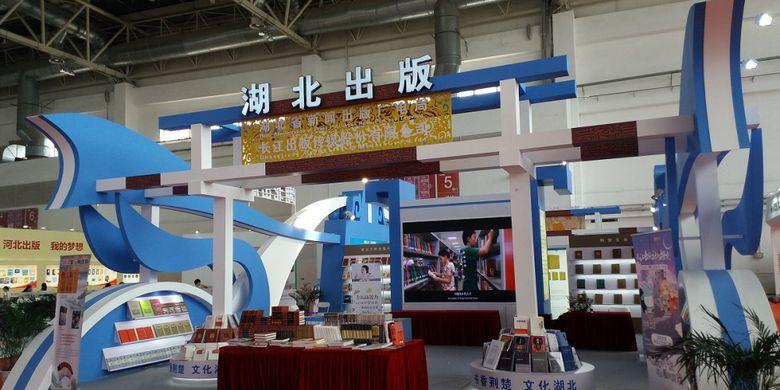 Salah satu penerbit buku dari China hadir dengan stan yang menyajikan bentuk khas China dalam acara Beijing International Book Fair 2017 yang diadakan pada 23-27 Agustus 2017 di Beijing, China.