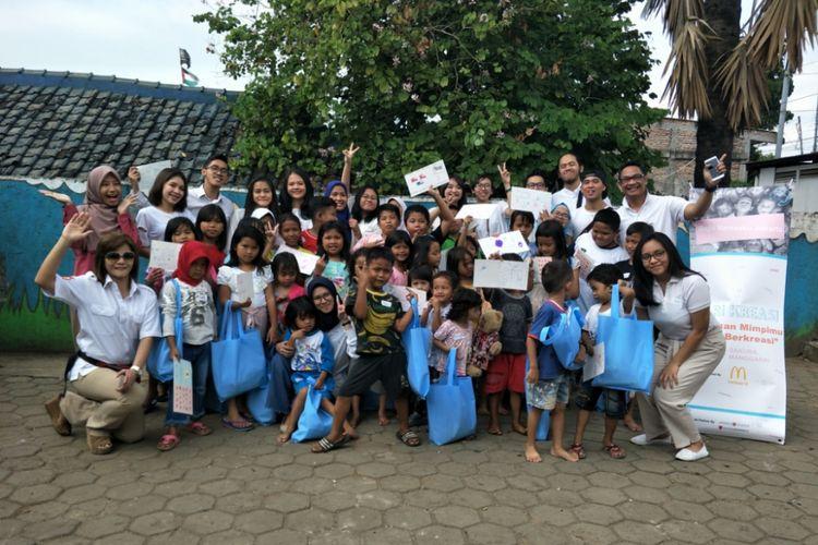 Komunitas Baju Kertasku Jakarta saat menggelar kegiatan sosial di kawasan Manggarai, Jakarta Selatan, Minggu (24/6/2018).