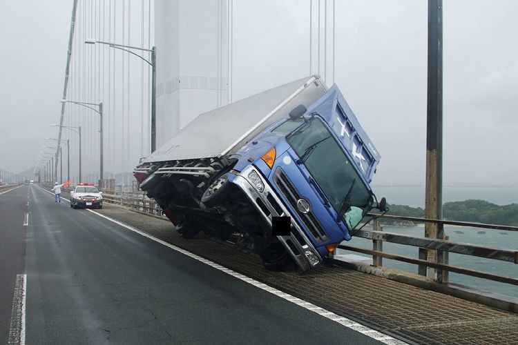 Dalam foto yang dirilis Polisi Prefektur Kagawa pada 4 September 2018, terlihat sebuah truk terguling di Jembatan Seto Ohashi di Sakade. Topan Jebi dilaporkan merupakan topan terkuat dalam 25 tahun terakhir.