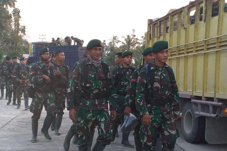 Pasukan Kostrad saat tiba di Kecamatan Rupat, Kabupaten Bengkalis, Riau, untuk membantu pemadaman api karhutla, Minggu (24/2/2019).
