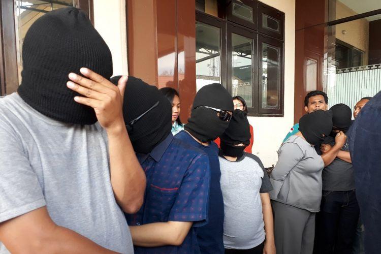 3 pasang suami isteri peserta pesta swinger diamankan di Mapolda Jatim, Selasa (9/10/2018).