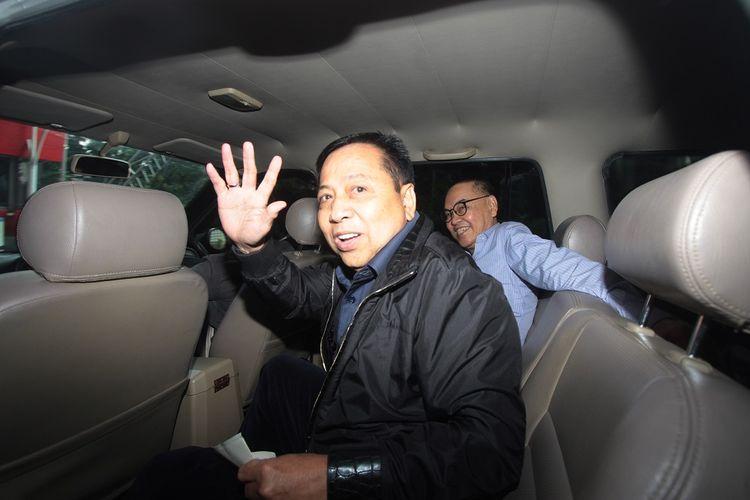 Terpidana kasus korupsi proyek KTP elektronik, Setya Novanto (tengah) berada dalam mobil tahanan usai menjalani pemeriksaan di gedung KPK, Jakarta, Selasa (14/5/2019). Setya Novanto menjalani pemeriksaan sebagai saksi untuk tersangka mantan Dirut PLN Sofyan Basir terkait kasus dugaan korupsi kesepakatan kontrak kerja sama pembangunan PLTU Riau-1.  ANTARA FOTO/Reno Esnir/aww.