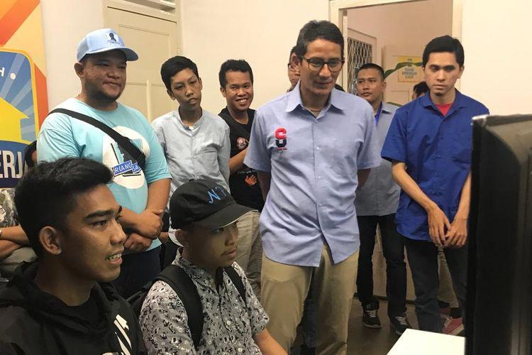 Calon wakil presiden nomor urut 02 Sandiaga Uno menonton pertandingan e-sport Rumah Siap Kerja, di Kebayoran Baru, Jakarta Selatan, Rabu (24/4/2019).