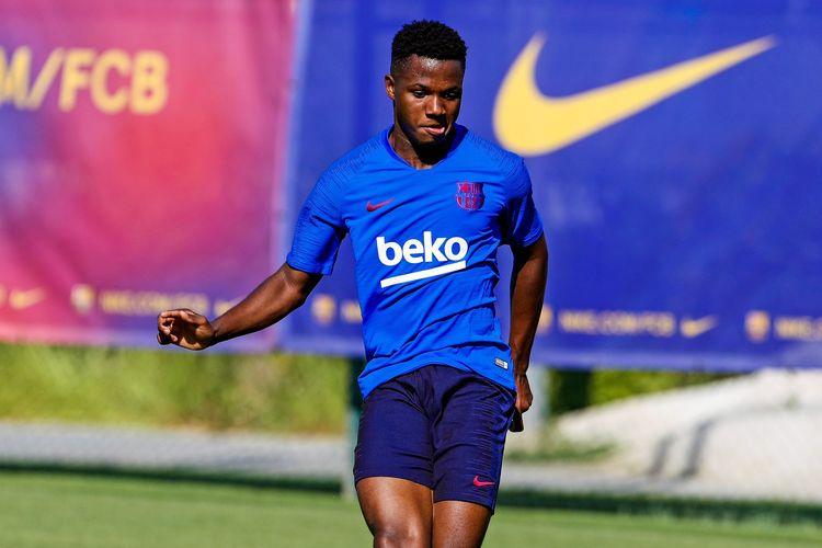 Pemain muda Ansu Fati mengikuti sesi latihan bersama tim utama Barcelona