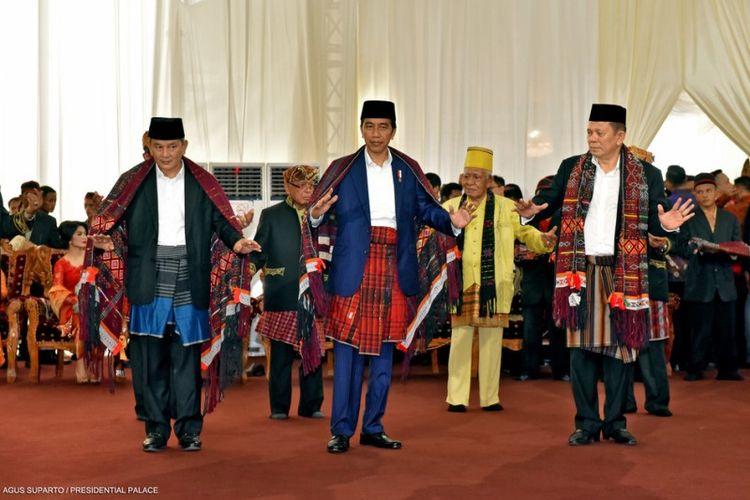 Presiden Joko Widodo Menari Tarian Adat Batak Manortor Menggunakan Ulos Abit Godang asal Tapanuli Selatan dalam acara ngunduh mantu resepsi pernikahannya di Medan, Sumatera Utara, Jumat (24/11/2017).