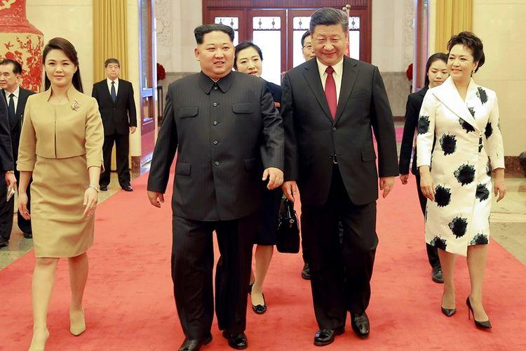 Presiden China Xi Jinping dan istrinya Peng Liyuan (kanan), bersama Pemimpin Korea Utara Kim Jong Un yang didampingi istrinya Ri Sol Ju (kiri), ketika berada di Beijing.