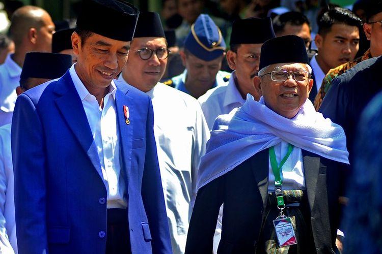 Presiden Joko Widodo (kiri) didampingi Menteri Agama Lukman Hakim Syaefudin (tengah) dan Ketua MUI KH Maruf Amin (kanan) berkunjung ke Ponpes Al-Khairiyah untuk menghadiri acara silaturahmi dengan Ulama Banten serta Peringatan Harlah ke-93 Ponpes tersebut di Citangkil, Cilegon, Banten, Jumat (11/5). Acara digelar untuk memperkuat hubungan ulama dan umaro (pemerintah) dalam menghadapi serta menyelesaikan berbagai persoalan bangsa.