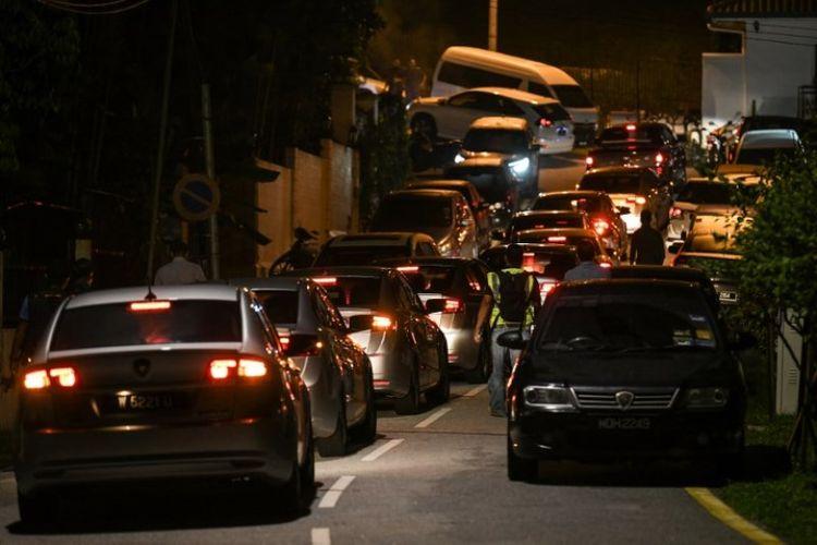 Mobil polisi Malaysia berada di jalan sekitar kediaman mantan perdana menteri Najib Razak di Kuala Lumpur pada Rabu (16/5/2018). (AFP/Mohd Rasfan)