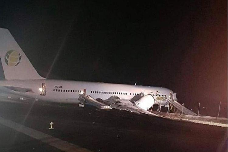 Sebuah pesawat Boeing 757-200 milik maskapai Fly Jamaica Airways mendarat darurat di bandara Georgetown, Guyana, Jumat (9/11/2018).